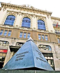 Masonski simbol ispred zgrade SANU u Beogradu