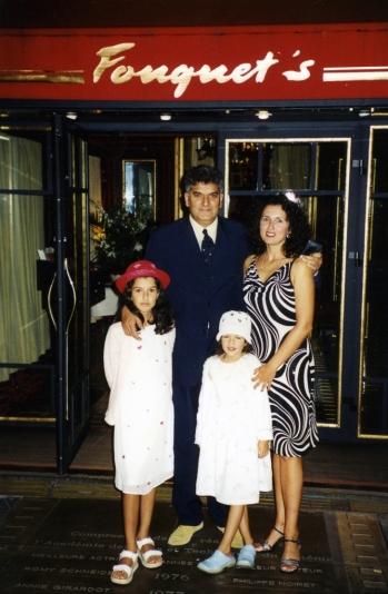 Tahir sa porodicom, večera u pariskom restoranu