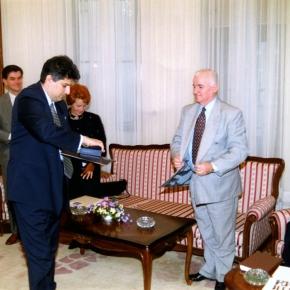 AKUD, Tahir Hasanović uručuje povelju Premijeru MirkuMarjanoviću